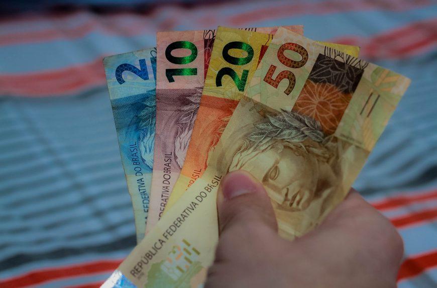 Dinheiro_pagamento_real_economia_09.09.20_Foto_Daiane-Mendonca-7-870x573-1.jpg