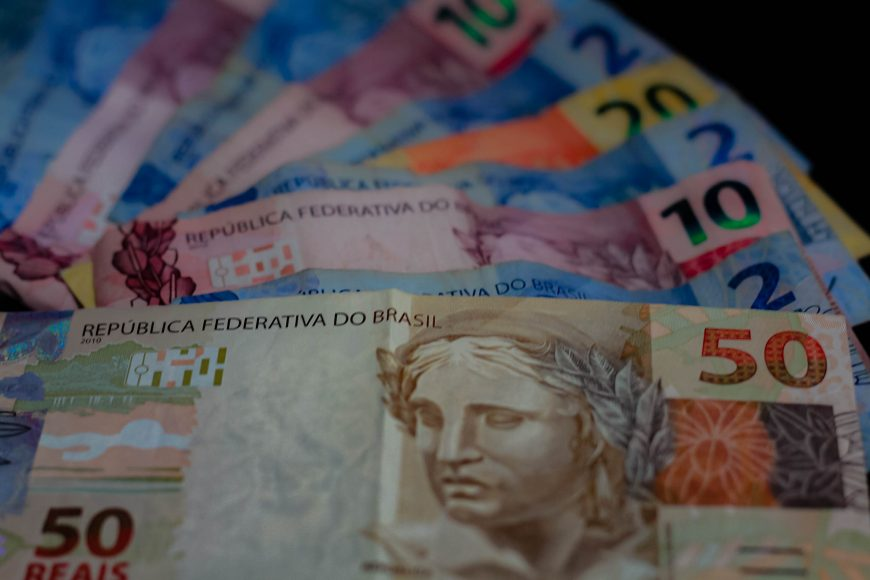 Dinheiro_pagamento_real_economia_09.09.20_Foto_Daiane-Mendonca-31-870x580-1.jpg