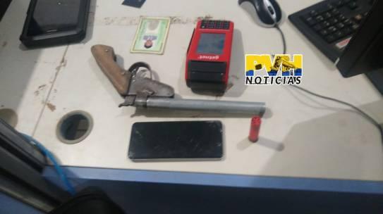 FLAGRANTE: Após denuncia de baleado, suspeito é preso com arma dentro de residência na leste