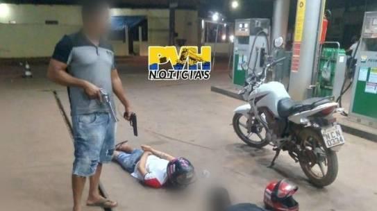 SE DERAM MAL: Dupla tenta assaltar frentista em posto de combustíveis e é detida por policial de folga