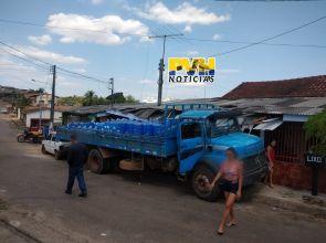 URGENTE: Caminhão de entregar água perde o freio, desce ladeira e destrói casas na capital